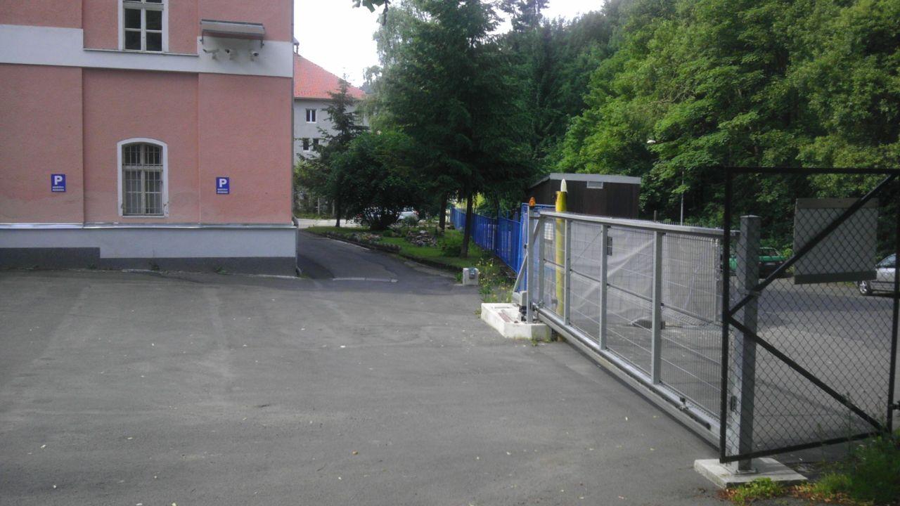 budova VJB - vjezd do areálu